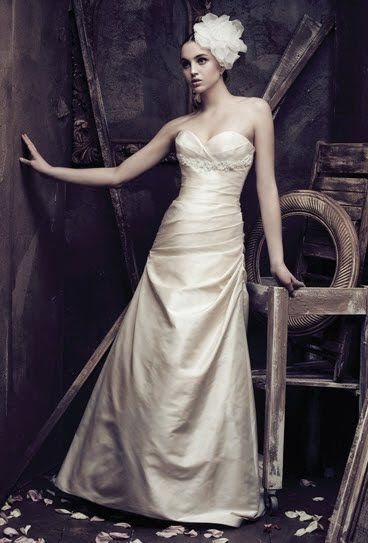 Stunning ivory sweetheart neckline Mikaella wedding dress with beading under bust