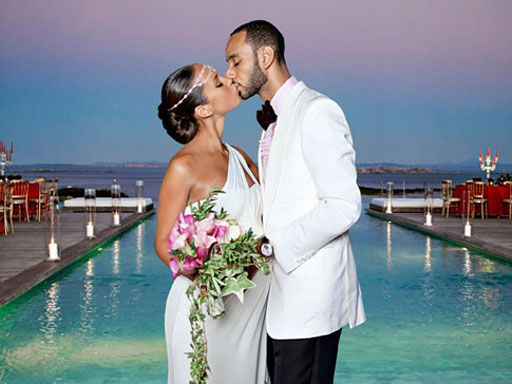 R&B singer Alicia Keys says I Do, and kisses groom, in Corsica, France