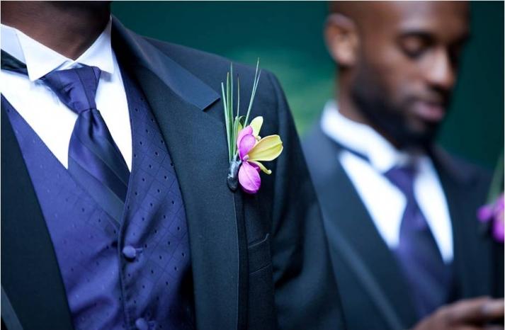 downtown-chicago-outdoor-wedding-groom-groomsmen-formal-attire-navy-blue-vest-tie