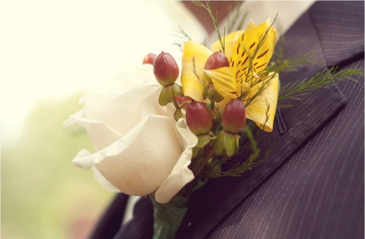 outdoor-country-rustic-wedding-groom-attire-pin-striped-suit-boutinere-ivory-rose-red-berries-yellow-flower