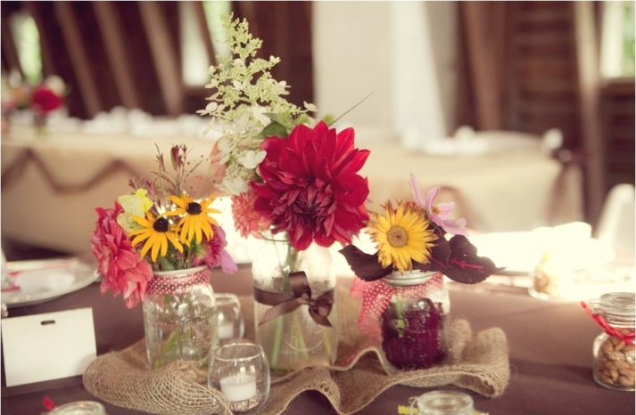 rustic-diy-wedding-reception-flowers-centerpieces-wild-flowers-yellow-daisies-red-pink-ivory-fresh-flowers-arranged-in-mason-jars