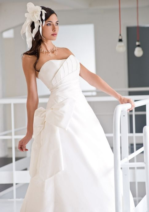 Ivory sweetheart neckline 2011 wedding dress by Francisco Reli