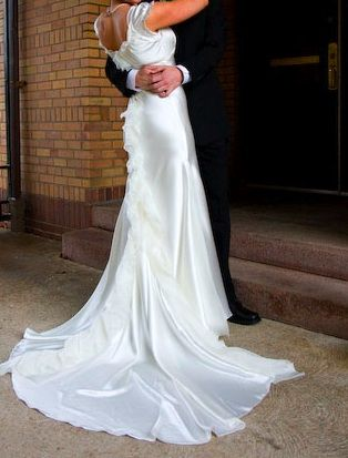 Score a gorgeous gently used Vera Wang wedding dress for only 1200