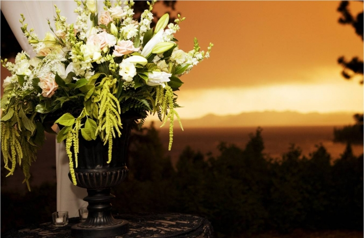lake-tahoe-wedding-outdoor-venue-scenic-view-wedding-flower-centerpieces