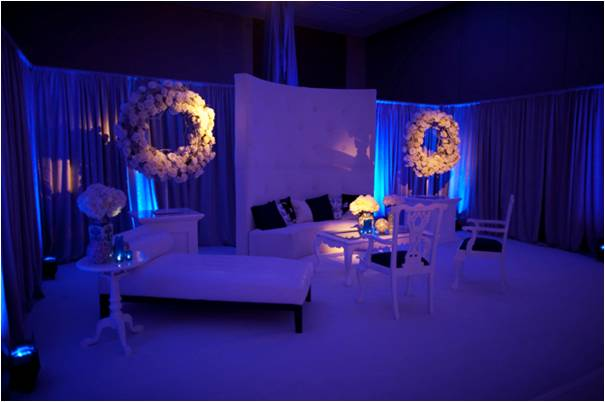Serene and modern wedding reception setup with blue and white wedding color