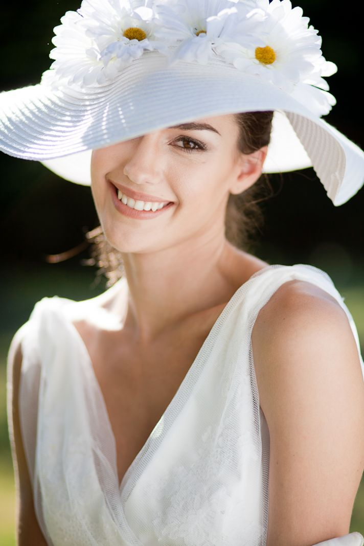 Summer wedding hat and v-neck wedding dress