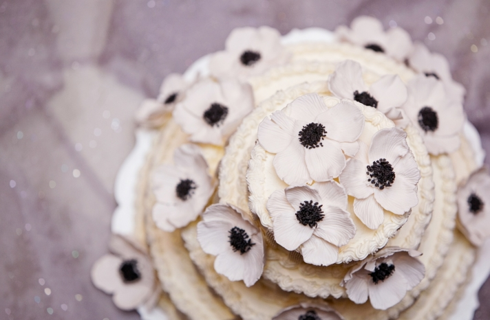 white-wedding-cake-black-ivory-anemone-wedding-flowers