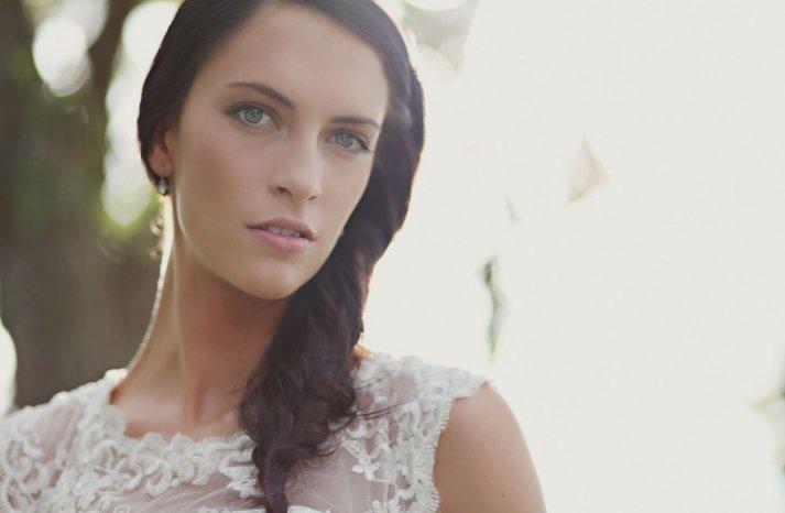 diy-wedding-hairstyle-bohemian-bride-braid-elegant-bridal-bouquet