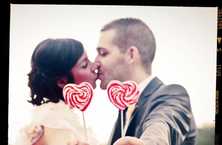 romantic-real-wedding-retro-bohemian-bride-groom-kiss
