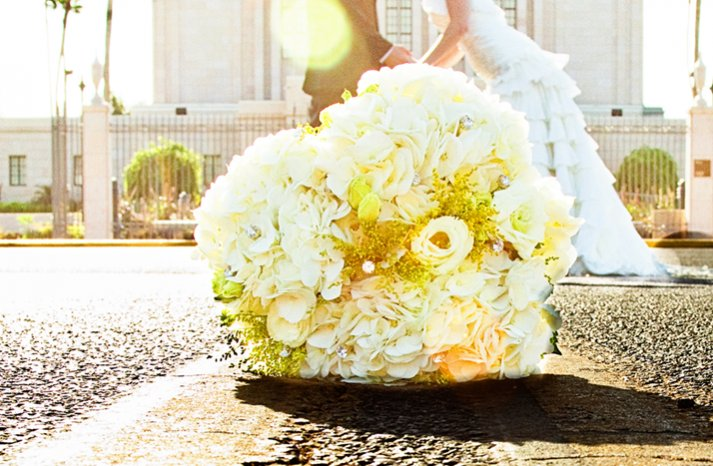 Yellow-white-bridal-0bouquet-bride-groom