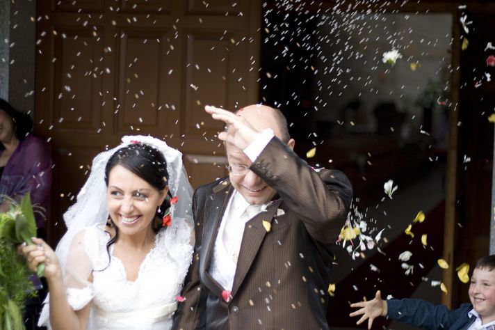 Italian wedding traditions- sweet confetti tossed on bride and groom after ceremony