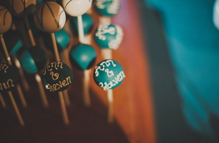 personalized cake pops for wedding guests