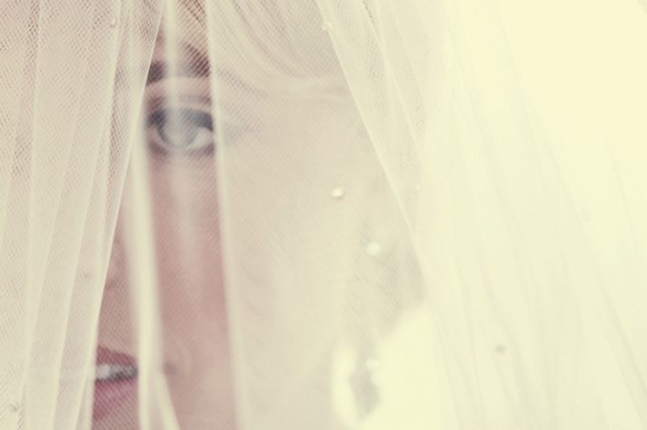 ARTISTIC WEDDING PHOTO BRIDE WEARS VEIL BEFORE CEREMONY