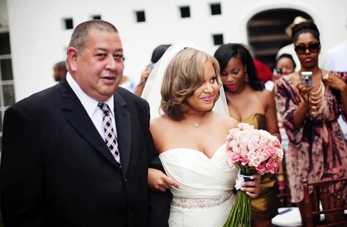 short wedding hair loose waves with bridal veil