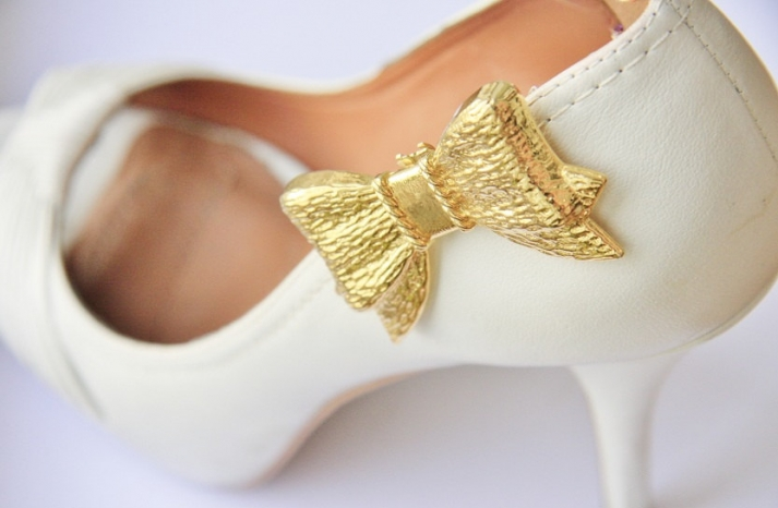 pretty little wedding shoe clips fun affordable bridal accessories gold bow