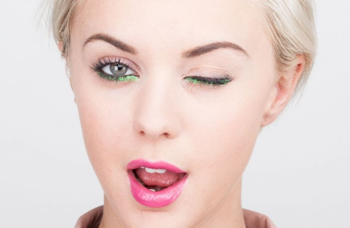 Wedding makeup inspiration green glittery liner with pink lips