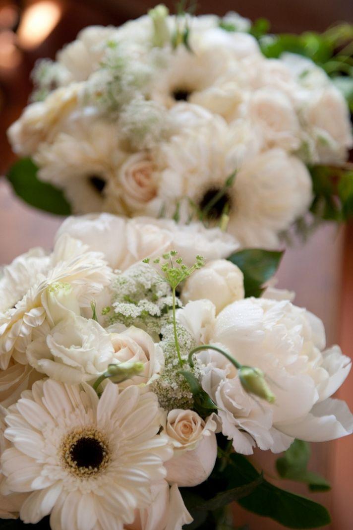 White daisy bridesmaids bouquets