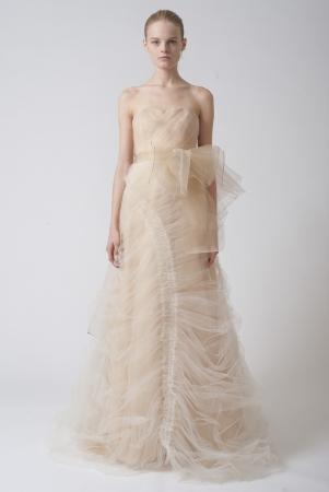 Vera wang designer wedding dresses onewed for Peacock feather wedding dress vera wang 2009